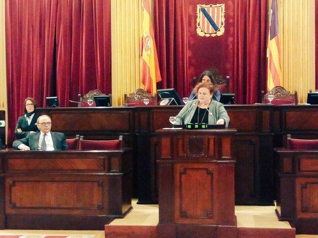 Ruth Mateu en el pleno del parlament