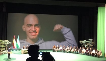 """Homenaje a la """"sonrisa eterna"""" de Pablo Raez en los actos del 28F por su contribución a la donación de médula"""