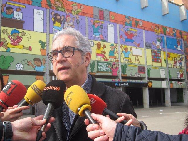 El Concejal De Sant Martí, Josep Maria Montaner, Ante El Antiguo Cine Pere IV