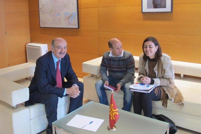 Mazón se reúne con el alcalde de Bárcena de Pie de Concha