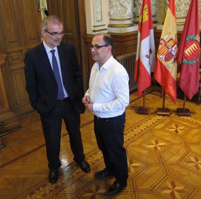 El nuevo gerente de Auvasa, Andrés Bernabé, junto al concejal Luis Vélez
