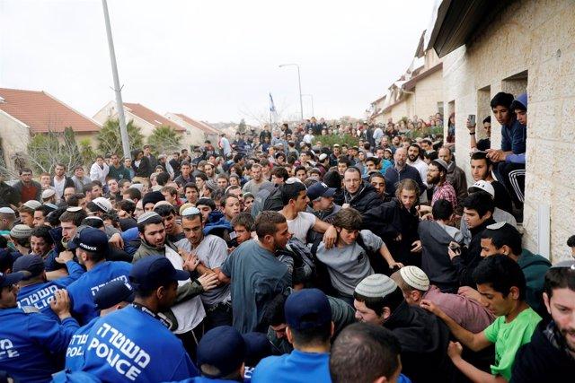 La Policía desaloja a activistas y residentes de viviendas en asentamientos.