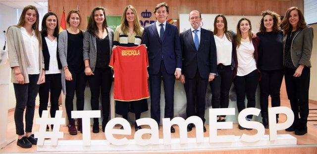 José Ramón Lete con el equipo español femenino de hockey hierba