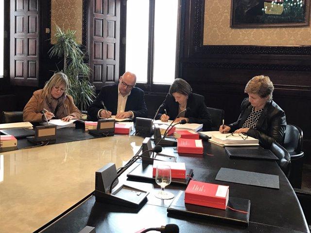 Los miembros de JxSí en la Mesa del Parlament firman una notificación del TSJC
