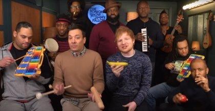 VÌDEO: Ed Sheeran canta Shape of you acompañado por los instrumentos musicales de juguete de Jimmy Fallon y The Roots