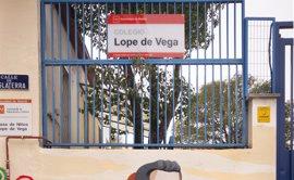 El artista Mario Mankey realiza dos murales en las paredes del CEIP Lope de Vega como apoyo a la escuela pública