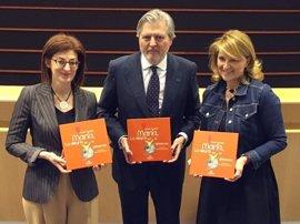 Estarás entrega un libro a Méndez de Vigo para que estudie su inclusión en el Plan Nacional de Lectura