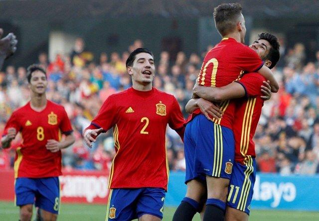 Oliver Torres, Bellerín, Denis y Asensio celebran un gol con la Sub-21
