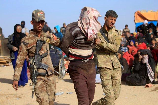 Militares iraquíes arrestan a un supuesto miliciano del Estado Islámico en Mosul