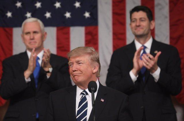 Donald Trump junto a Mike Pence y Paul Ryan en su primer discurso en Congreso