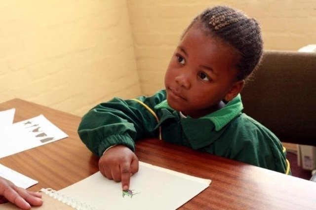 Niño estudiando en el colegio en Sudáfrica