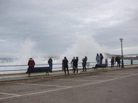 Las olas superan los 6 metros de altura esta madrugada en Santander