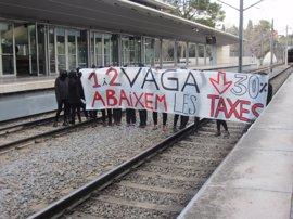 Estudiantes de la UAB interrumpen el servicio de FGC en protesta por las tasas