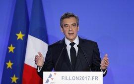 """Fillon descarta renunciar a su candidatura y denuncia un """"asesinato político"""""""