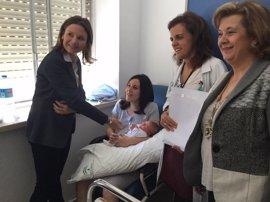 Los hospitales públicos de Jaén entregan una aceituna de plata a las madres de los bebés nacidos el Día de Andalucía