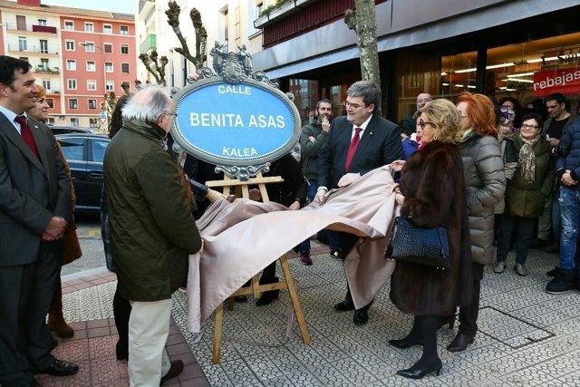 Colocación placa en la calle Benita Asas