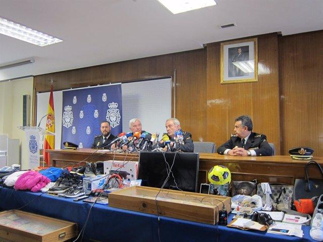 El delegado y los responsables de Policía, junto a algunos efectos intervenidos