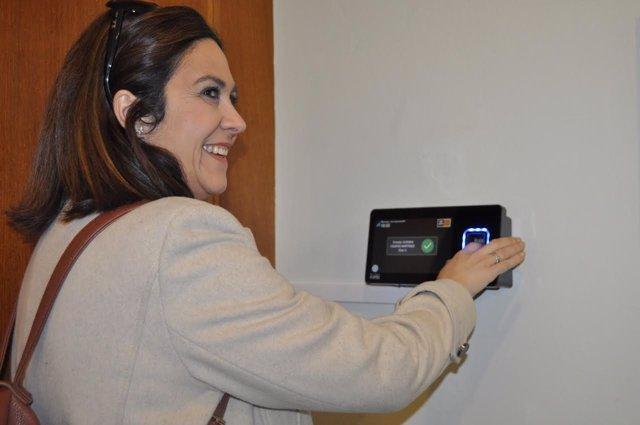 La diputada de Cs, Susana Gaspar, fichando en las Cortes