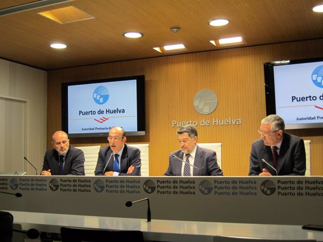 En el centro, el presidente del puerto, Javier Barrero.