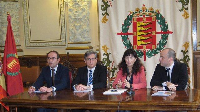 Representantes de las instituciones junto al organizador del Concurso Mundial