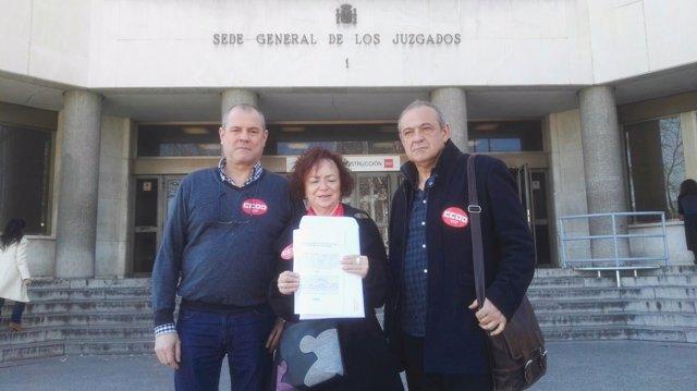 Representantes de CCOO con la denuncia contra Hazte Oír