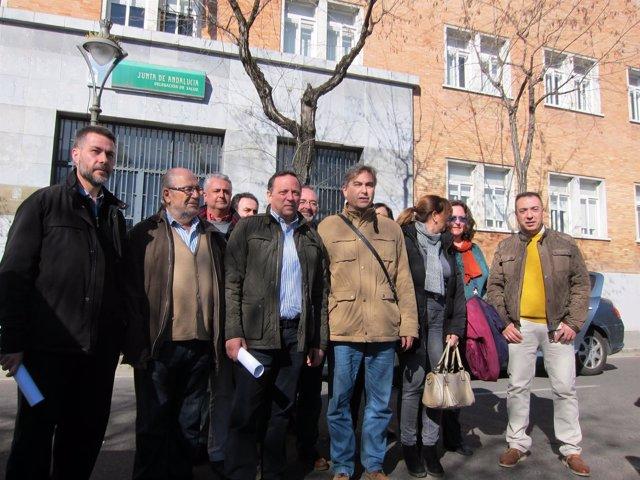 Martínez Claus (centro) y otros miembros de la plataforma del Reina Sofía