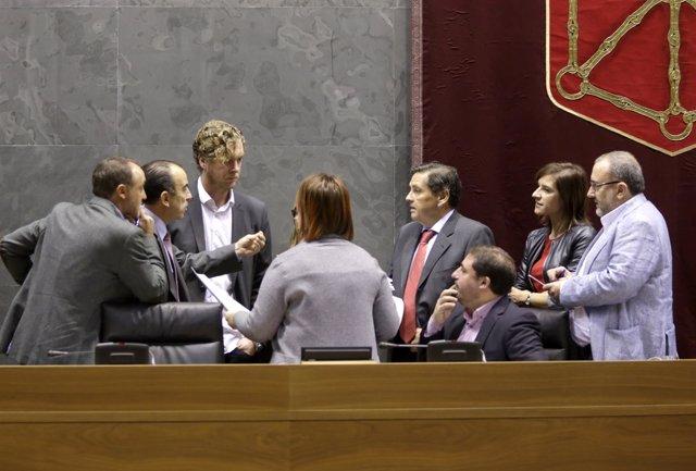Miembros de la mesa del Parlamento de Navarra.