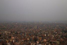 Nepal prohíbe circular a 2.500 vehículos antiguos en Katmandú para reducir la polución