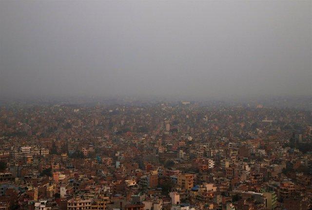 Vista general de Katmandú, la capital de Nepal, bajo la polución.