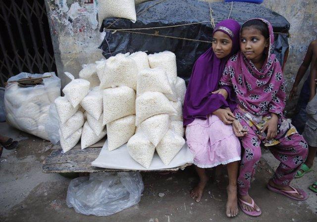 Dos niñas venden arroz en Bangladesh