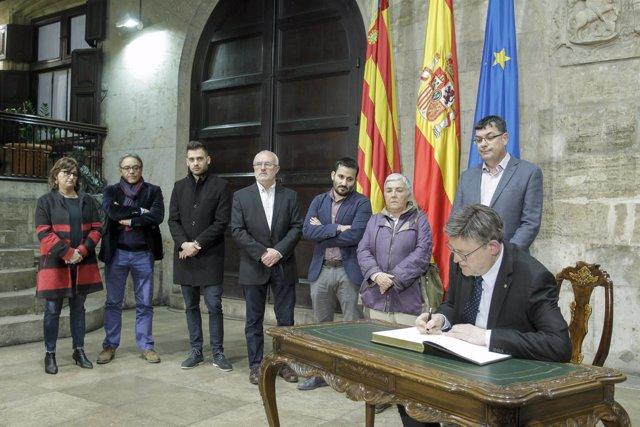Puig firma el libro de condolencias de Alejandra Soler