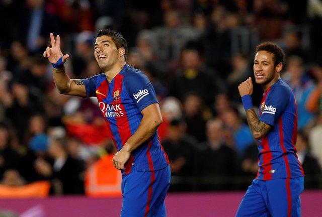 Luis Suárez celebra con Neymar