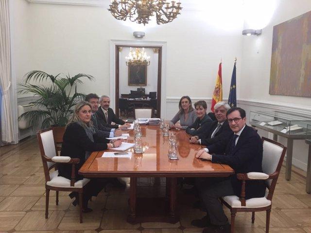 El ministro de Justicia Rafael Catalá con el decano del Icab Oriol Rusca