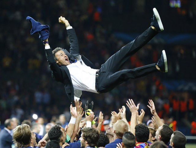 Luis Enrique Martínez, manteado al cielo tras ganar la Champions