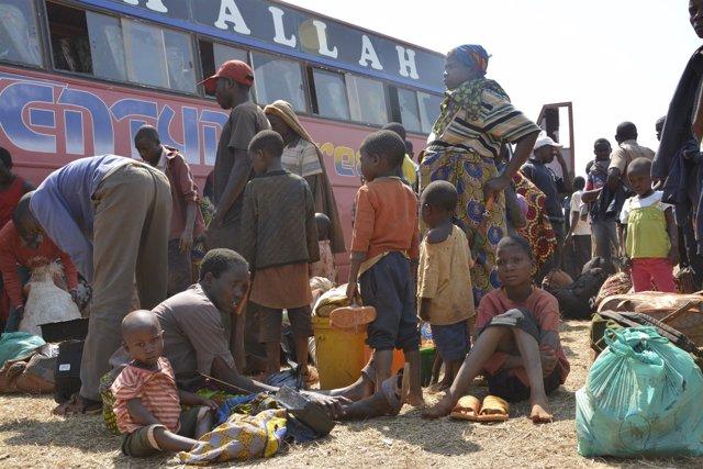 Llegada de un autobús con refugiados de Burundi al campamento de refugiados de N