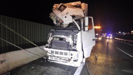 Fallece una persona y otras diez resultan heridas en un accidente entre un autobús y un camión en la A-7