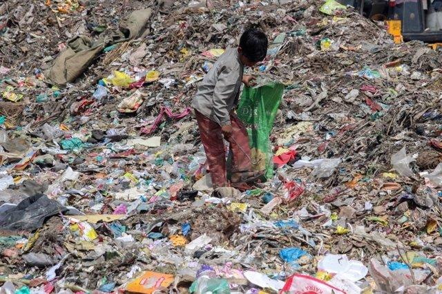 Niño en un basurero