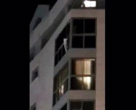 Bomberos rescatan a una niña de 5 años colgada de un ventanal de un séptimo piso en Alicante