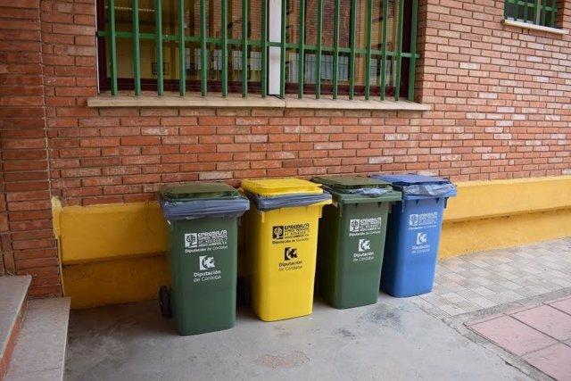 Contenedores en uno de los colegios de la localidad