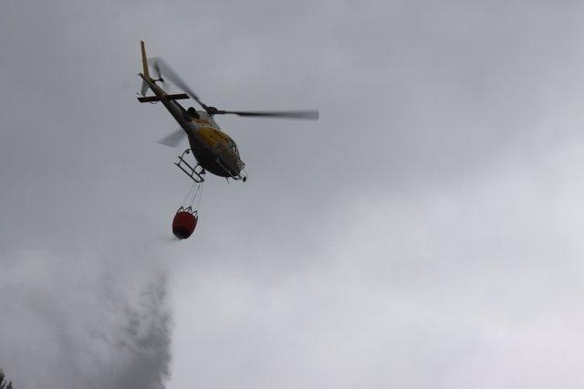 Helicóptero de extinción realizando descarga
