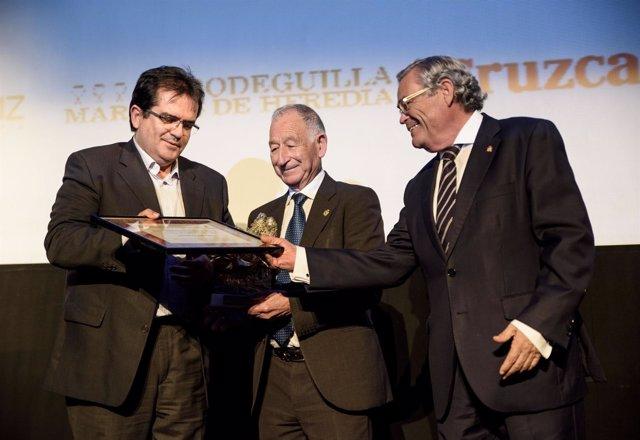 Gabriel Amat y Antonio Jesús Rodríguez recogiendo el 'Antifaz de Oro' de Coteca.