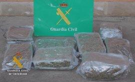Dos detenidos e incautados 9,7 kilos de marihuana en la A-1