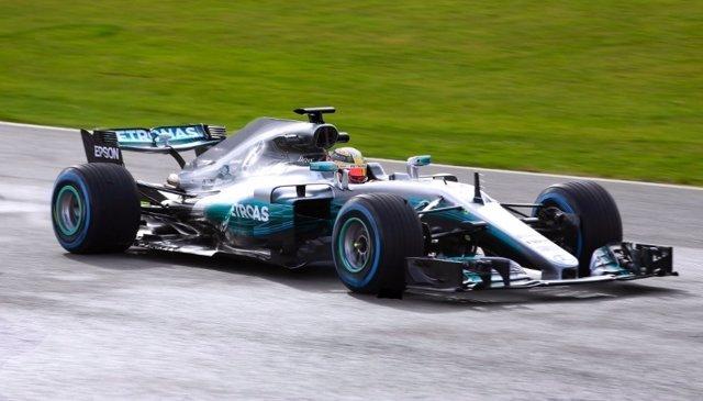 Hamilton pilota el nuevo W08 de Mercedes