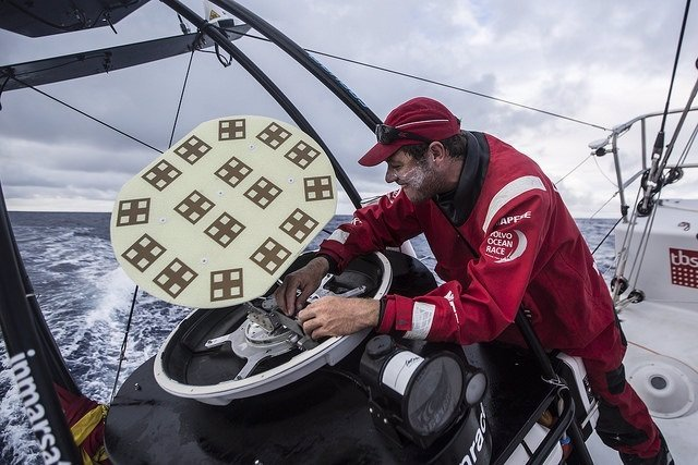 Antonio Cuervas-Mons en la reparación del FB 500