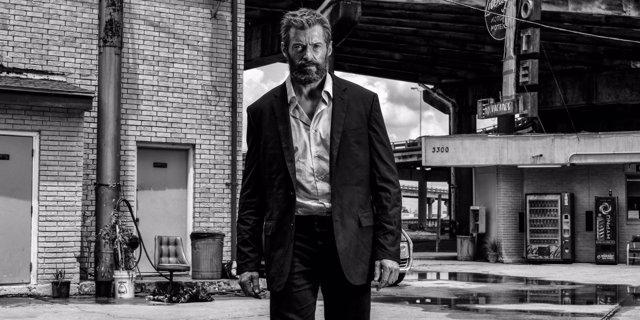 Logan en banco y negro