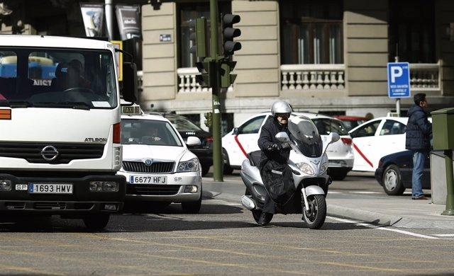 Tráfico, circulación, coches, camión, taxi, moto, motocicleta