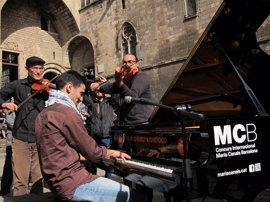 Un pianista sirio toca en Barcelona para revindicar solidaridad con los refugiados