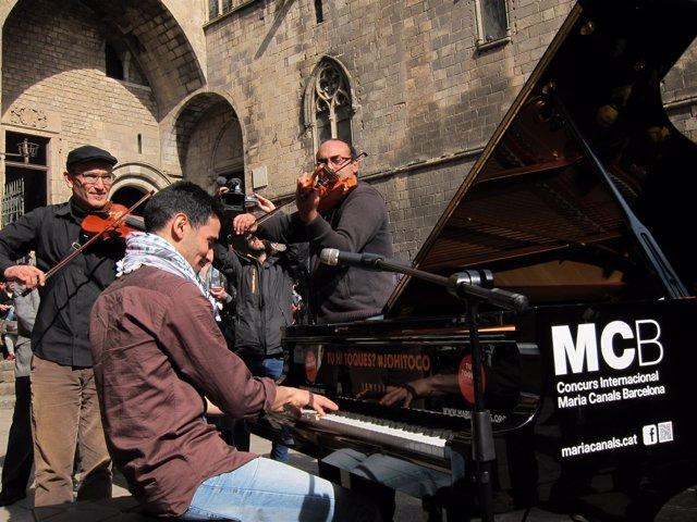 El pianista Aeham Ahmad junto al grupo Cordes del Món