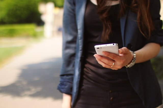 Mujer con móvil