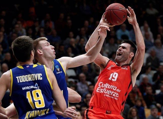 San Emeterio (Valencia Basket) lanza ante el Khimki